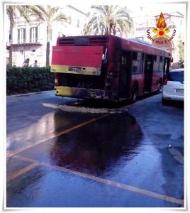 FOTO | Catanzaro – Intervento dei VdF per un autobus in fiamme