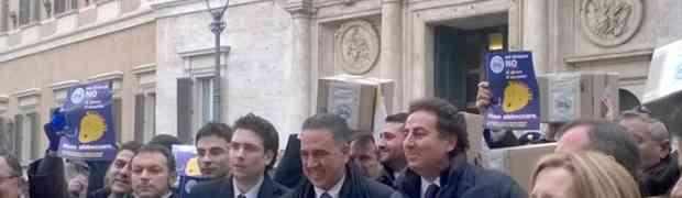 IDV Soverato - In Parlamento le firme raccolte contro il gioco d'azzardo