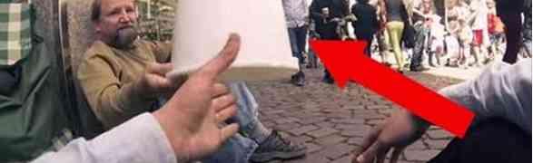 VIDEO | Tre Ragazzi chiedono un secchio a un Senzatetto. Quello che succede dopo ...