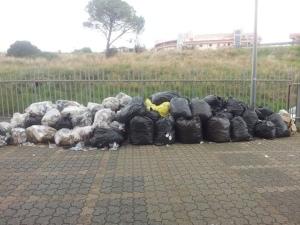 FOTO NEWS – Rifiuti presso la succursale dell'Ipssar a Satriano