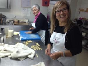 6-preparazione maccarruni( Vittoria e Teresa Reale , I° premio )