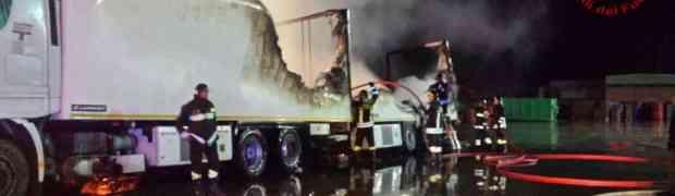 Due autotreni incendiati, intervento dei Vigili del Fuoco