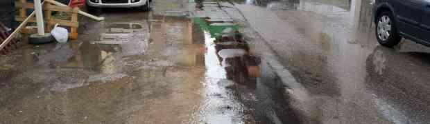 FOTO   Soverato - Copiosa perdita d'acqua in Via Vittorio Veneto