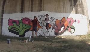 VIDEO | Soverato – Arte e graffiti su un pilone della SS 106