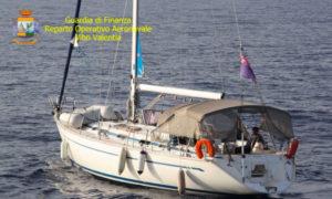 Intercettata imbarcazione a vela con 60 migranti in Calabria, arrestati due presunti scafisti