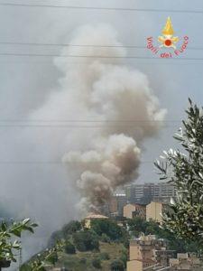 Vasto incendio di sterpaglia e macchia mediterranea a Catanzaro