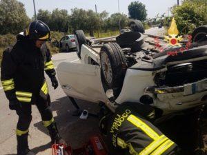 Violento scontro tra auto, una si capovolge. Due feriti
