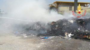 In fiamme cumuli di rifiuti solidi urbani a Catanzaro