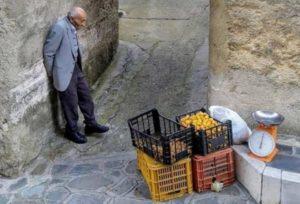 Calabria – L'uomo che vende le nespole in strada, la dignità del Sud in una foto