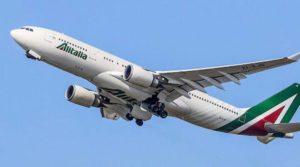 Stormo di uccelli finisce in un motore, aereo Alitalia decolla e torna indietro a Linate
