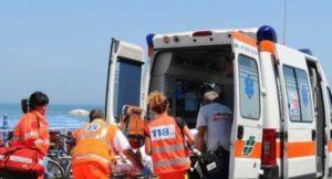 Pensionato di 72 anni muore per un malore mentre fa il bagno in mare