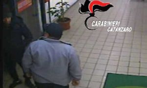 Rubano auto e chiedono soldi per la restituzione, arrestati