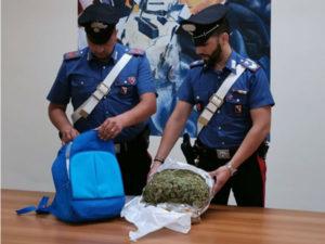 Nascondeva oltre 1,5 kg di marijuana nello zaino, 26enne arrestato