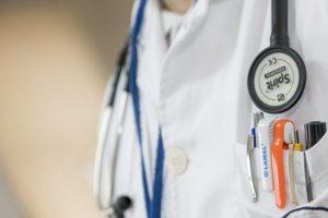 Si faceva sostituire da un medico in pensione invalido, due denunce