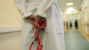 Visite private durante l'orario di servizio, dirigente medico sospesa