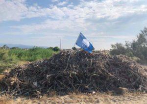 Sellia Marina, clamorosa protesta di un operatore turistico: Issata la Bandiera Blu su un cumulo di rifiuti