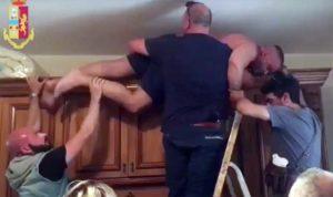 Ricercato per stalking cerca di nascondersi sull'armadio, arrestato