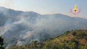 Vasto incendio a Catanzaro, vigili del fuoco in azione