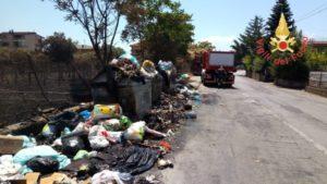 Incendio rifiuti a Lamezia Terme, intervento dei vigili del fuoco