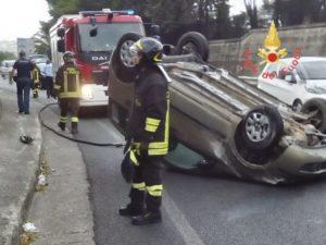 Perde il controllo dell'auto e si ribalta, ferita la conducente