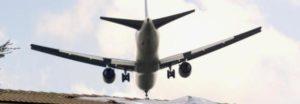 Cadavere cade da aereo in atterraggio in un giardino nella periferia di Londra