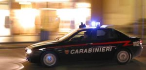In giro per il paese armato di mannaia, 35enne arrestato