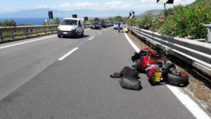Motociclista perde il controllo e finisce sul guardrail, trasportato in ospedale di Catanzaro
