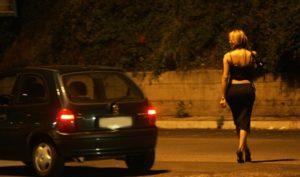 Tenta di rapinare due prostitute, 27enne arrestato