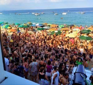 Grande successo a Soverato per lo Schiuma Party in spiaggia