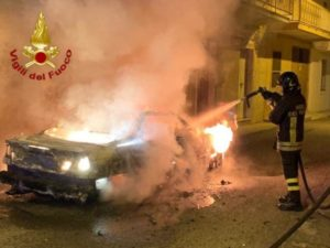 Auto distrutta dalle fiamme, indagini sulle cause