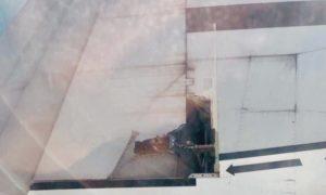 Dall'oblo vedono l'ala che si scoperchia, terrore tra i passeggeri a bordo
