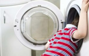 Bimbo di 3 anni si chiude nella lavatrice: muore soffocato