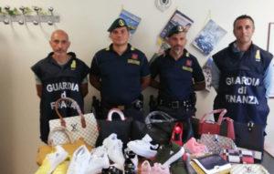 Soverato – Guardia di finanza sequestra oltre 300 capi contraffatti al mercatino del venerdì