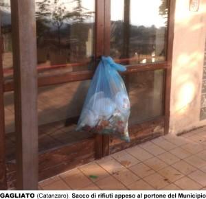 Gagliato, un sacco di rifiuti appeso al portone del Municipio